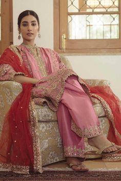 Pakistani Wedding Outfits, Pakistani Dresses Casual, Pakistani Dress Design, Bridal Outfits, Indian Dresses, Indian Outfits, Indian Designer Outfits, Designer Dresses, Designer Clothing