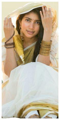 Sai Pallavi Hd Images, Tiger Artwork, Beautiful Heroine, Function Dresses, Saree Poses, Studio Background Images, Cute Girl Wallpaper, Cute Photography, Actors Images