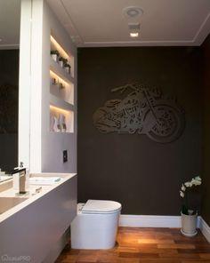 Os nichos de drywall do lavabo receberam iluminação embutida. Projeto da arquiteta Cristina Ribeiro Lembi.