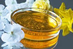 Die Eigenschaften von Rosenöl  Rosenöl werden bestimmte Eigenschaften nachgesagt. Dazu heißt es Rosenöl wirkt antiseptisch, bakterizid, blutreinigend und -stillend, abführend, aphrodisisch, entzündungshemmend, galletreibend, leberstärkend, milzstärkend, harntreibend, krampflösend, menstruationsfördernd und magenwirksam. In der Schwangerschaft ist aufgrund der menstruationsfördenden Eigenschaften beim Rosenöl Vorsicht geboten.