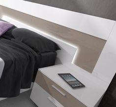 Propuesta de dormitorio de matrimonio práctica y atractiva. La propuesta está pensada para cualquier tipo de dormitorio y en los gustos más variados de los usuarios. El acabado blanco, que se ha utilizado en las mesillas de noche y en el aro de la cama, combina a la perfección con los acabados complementarios aplicados al cabecero de cama Veneto, como son el piedra DP y el gris DP.