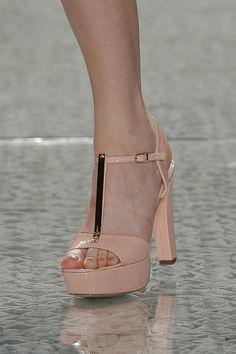 Sapatos para noivas de Luís Onofre 2014. #casamento #sapatosdenoiva #nude #dourado #noivas #LuisOnofre #PortugalFashion