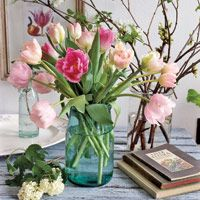 Flowers Vase Ideas For Home Mason Jars Ideas For 2019 - Tulpen Dekoration Mason Jar Vases, Blue Mason Jars, Mason Jar Flowers, Mason Jar Centerpieces, Mason Jar Crafts, Flower Centerpieces, Party Centerpieces, Pink Tulips, Tulips Flowers
