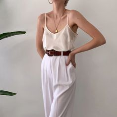 Best fit, and so comfortable to wear this summer. Online now. White Trousers, Highwaisted Trousers, Casual Outfits, Fashion Outfits, Style Fashion, Fashion Tips For Women, Fashion 2020, Spring Summer Fashion, Spring Style