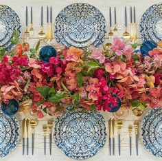 Bright florals + patterned plates = one beautiful table set-up Star Wedding, Wedding Table, Design Online Shop, Table Design, Beautiful Table Settings, Table Set Up, Pink Table, Designers Guild, Deco Table