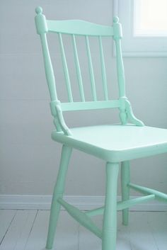 Brighten up your space. Paint dining chairs using different colors. Color Menta, Mint Color, Painted Chairs, Painted Furniture, Salon Shabby Chic, Behr, Mint Aesthetic, Pretty Pastel, Minimalist Bedroom