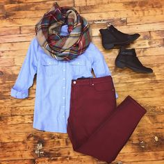 Take a look at 15 cool fall college outfits with a chambray shirt in the photos below and get ideas for your own outfits! Somewhere Lately Cool Warm And Cozy Fall Weekend Style Inspo Image source Fall College Outfits, Fall Winter Outfits, Autumn Winter Fashion, Winter Boots, Style Work, Mode Style, Mode Outfits, Casual Outfits, Fashion Outfits