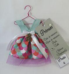 Faire-part fille en tissu sous forme de robe. Pour partager une merveilleuse nouvelle de manière originale.