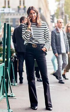 Emanuelle Alt veste tricot de listras, calça reta preta, botas pretas e cinto gucci