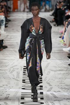 Stella McCartney Fall 2019 Ready-to-Wear Fashion Show - Vogue Stella Mccartney, Fashion Weeks, Vogue Paris, Jimmy, Boho Designs, Floral Pants, Vogue Russia, Fashion Show Collection, Mannequins