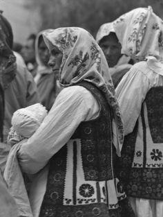 Ελλάδα 1928-1935 Φωτογράφος Walter Hege Αρχείο Bildarchiv Foto Marburg. Folk Clothing, Traditional Dresses, Greece, Mothers, Greek Costumes, Lord, Places, Hair, Beauty