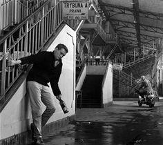 """1960. PLan filmu """"Niewinni czarodzieje"""". Jerzy Skolimowski i Tadeusz Łomnicki (na skuterze). Miejsce Hala Mirowska Wschodnia, wówczas Hala Gwardii, w której odbywały się mecze bokserskie."""