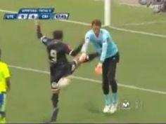 UTC vs. Sporting Cristal: Johan Fano y la 'terrible' patada en el estómago a meta rimense Diego Penny. 4/18/16.