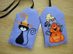 Halloween is a hanging tag. It is made from a cross-stitch embroidery on violet staple canvas and then sewn with a black cotton fabric.  The inside is padded to give a little swelling. Finally, dried and scented lavender is added inside before closing the label.  This label can be hung on any support: wall, radiator, key on cupboard door, decoration in a floral decoration (see photo), ...  Different reasons are proposed.  Other patterns can be embroidered. Do not hesitate to ask for the…