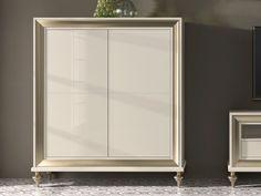 Vitrine laquée à 4 portes en bois. Mdo. GA1022 Bathroom Medicine Cabinet, Mirror, Furniture, Home Decor, Display Cases, Wood Interiors, Firewood Holder, Bar Cabinets, Solid Wood