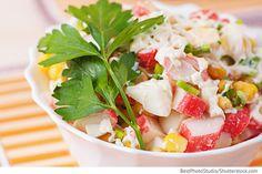 Die Zwiebeln klein hacken, mit heißem Wasser übergießen und für 10 Minuten stehen lassen. Anschließend die Zwiebeln mit kaltem Wasser spülen. Die Krabbenstäbchen klein schneiden. Die gekochten Eier reiben. Den Mais ohne Saft mit Zwiebeln, Krabbenstäbchen und Eiern vermischen. Die Mayonnaise zugeben, alles gut vermengen und mit Salz würzen.