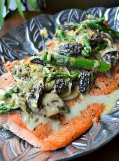 Grilled Salmon with Asparagus, Leeks, Mushrooms and thym. So delicious and healthy.........