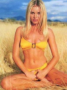 Rebecca Romijn is listed (or ranked) 15 on the list The Hottest Supermodels (Then & Now) Rebecca Romijn Stamos, Mannequins En Bikini, 1990s Supermodels, Bikini Modells, Celebrity List, 90s Models, Yellow Bikini, Sports Illustrated, Swimsuit Tops