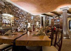 La sala in Cantina con il tavolo in legno