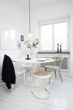 Home Decoration Ideas and Design Architecture. DIY and Crafts for your home renovation projects. Dining Room Inspiration, Interior Inspiration, Sunday Inspiration, Round Dining Table, Dining Area, Small Dining, White Houses, Interiores Design, Kitchen Interior
