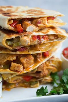 The ultimate loaded quesadillas! They're filled with seared chicken, bell peppers, onions, spices and tons of cheese. So flavorful and something everyone can agree on. meals for husband Chicken Quesadillas {Fajita Style} Mexican Food Recipes, Keto Recipes, Dinner Recipes, Cooking Recipes, Healthy Recipes, Healthy Wraps, Cooking Bacon, Cooking Food, Lunch Recipes