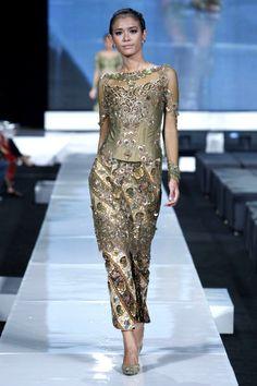 ~ Living a Beautiful Life ~ jakarta fashion week 2018 anne avantie Dress Brokat Modern, Modern Kebaya, Kebaya Dress, Batik Kebaya, Jakarta Fashion Week, Fashion Week 2018, Indonesian Kebaya, Look Short, Batik Fashion