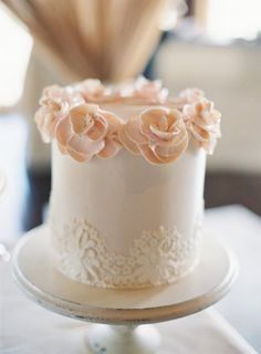 A simply chic wedding cake Photography by: http://virgilbunao.com/