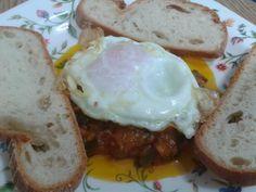 """La """"fritá"""" es un plato malagueño muy sencillo y sabroso. El único truco consiste en hacerlo a fuego lento y con mucha paciencia. Podemo... Huevos Fritos, Food And Drink, Eggs, Breakfast, Paninis, Malu, Andalucia, Cooking, Kitchen"""
