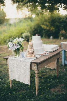 Love this rustic table setup for the cake