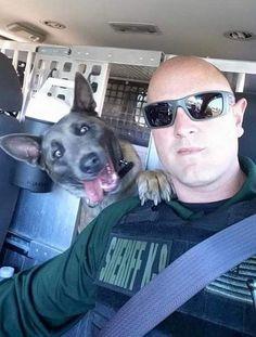 Cachorro 'faz careta' em foto com policial e bomba na web | RedeTV! Em rede com você.