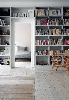 Living room with books and wooden floor Purple Living Room Furniture, Living Room Interior, Flat Interior, Interior Design, Living Room Sets, Living Spaces, Garderobe Design, Built In Furniture, Scandinavian Living