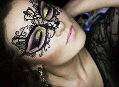 maquillaje-sencillo-decoración-en-la-cara-con-delineador-liquído-sombras-con-brocado-dorado-muy-exquisitas Maquillaje Halloween, Face And Body, Body Painting, Body Art, Halloween Face Makeup, Neon, Random, Liquid Liner, Romantic Makeup