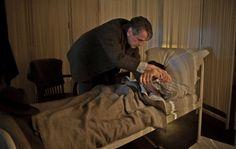 Formule rivoluzionarie ma anche risvolti umani.  Ramanujan (Dev Patel) si ammala e il prof. Hardy (Jeremy Irons) non lo abbandona... leggi la recensione de L'uomo che vide l'infinito © Eagle Pictures