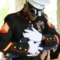 Love this photo! The way that you show respect for the fallen brother in wartime! This is old time respect and honor in America. Marine Corps, Marine Mom, Wow Photo, Military Love, Military Quotes, Military Humor, Military Salute, Military Ranks, Military Veterans