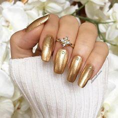 Metallic Nail trend! Love it ✨Unhas metálicas estão de volta! Adoro! ✨  I used Go for Gold (120) by  @sally_hansen #nyfashionweek #trend  #sallyhansen