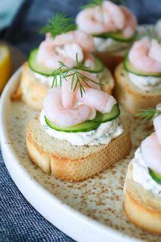 Salmon gravlax with beet - Clean Eating Snacks Tapas Menu, Tapas Dishes, Tapas Party, Tastemade Recipes, Kiri, Tapas Recipes, Tapas Ideas, Crab Recipes, Party Recipes