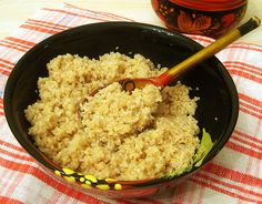 По своей популярности ячневая каша значительно уступает гречневой или рисовой. Возможно причина заключается в том, что не все умеют готовить ее правильно?Про ячневую кашуЯчневая крупа, из которой г…