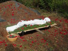 A beautiful, handmade burial shroud for a natural return to the earth from which…