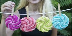 Learn how to crochet spiral scrubbies. Donna Wolfe from Naztazia steps us through the process in less than 5 minutes and you will love the results. Watch the video now. Quick Crochet, Cute Crochet, Beautiful Crochet, Crochet Yarn, Modern Crochet, Crochet Hooks, Scrubbies Crochet Pattern, Easy Crochet Patterns, Crochet Designs
