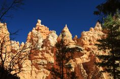 De zon kleurt de rotsen van Brice Canyon goud. De foto is met een polarisatie filter genomen waardoor de lucht zo donker lijkt. Meer weten over deze bestemming? http://to.kras.nl/pinterest_verenigde-staten
