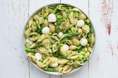 Denne pastasalat med asparges tager kun den tid at lave, som det tager at koge pastaen. Spis den til frokost, til aften eller tag den med på picnic.