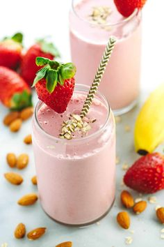 Strawberry Banana Smoothie Recipe with Almond Milk - Jessica Gavin Don't skip breakfast! This healthy and satisfying strawberry banana smoothie recipe will keep you energized with fruit, oats, yogurt and almonds. Smoothie Recipes With Yogurt, Smoothie Recipes For Kids, Protein Smoothie Recipes, Smoothies With Almond Milk, Breakfast Smoothie Recipes, Healthy Smoothies, Healthy Drinks, Breakfast Fruit, Strawberry Breakfast