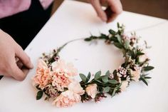 Easy DIY Flower Crown - Beautiful Inspiration and The Best Tutorials - Victoria Millesime Flower crowns are a super popular choice among brides today. Here I show you some incredible inspiration and some of the best DIY Flower Crown tutorials. Flower Crown Tutorial, Flower Girl Crown, Flower Crown Wedding, Wedding Flowers, Bridesmaid Flower Crowns, Wedding Bridesmaids, Bridal Flower Crowns, Flower Crown With Veil, Wedding Crowns