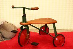 triciclo retro de madera y metal en www.cyckids.com Vintage Cars, Retro, Vehicles, Bicycles, Wood And Metal, Car, Retro Illustration, Classic Cars, Retro Cars