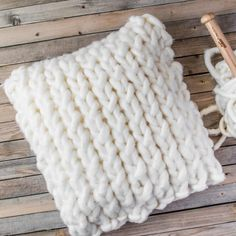 How to Make a Chunky Knit Pillow Cover in Under an Hour, . : How to Make a Chunky Knit Pillow Cover in Under an Hour, Big Knit Blanket, Chunky Blanket, Knitted Blankets, Quick Knitting Projects, Yarn Projects, Knitting For Beginners, Jumbo Yarn, Knitting Patterns Free, Free Pattern