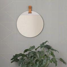 """Spiegel, """"Enter"""", Ferm Living: Die """"ENTER""""-Kollektion ist eine Zusammenarbeit zwischen dem Søren Rose Studio aus New York und ferm LIVING. Der Spiegel ist in zwei Größen erhältlich."""