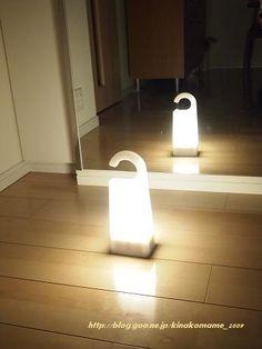 停電中の灯りに無印良品。 - わたし日和~気分しだい無印良品「持ち運びができるあかり」が自動点灯。これが、あってよかった~!  もともと「いつか」の震災のために、 用意してあった懐中電灯が3つ。  枕元と、リビング&キッチン、避難袋、に置いてます。  だけど、暗くなってから懐中電灯をとりだすのは大変。 これがあったので、探すのに助かりました。 それに懐中電灯は1点を灯すにはいいけれど 部屋全体を明るくするわけではないので、つかいづらい。  「持ち運びができるあかり」は充電式。 しかも、Highで3時間。Lowで10時間点灯します。  計画停電程度なら十分な時間です。  明るさも思っていたよりも広い範囲で明るい  しかもわが家のリビングの一角は鏡張りなので、 鏡の反射で明るさ2倍!