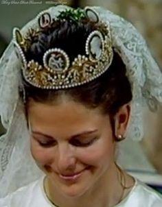Silvia Sommerleth wore the cameo tiara when she wed King Carl XVI Gustaf on 19 June Royal Crowns, Royal Tiaras, Tiaras And Crowns, Royal Wedding Gowns, Royal Weddings, Queen Of Sweden, Swedish Royalty, Tiara Hairstyles, Royal Brides