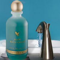 Baden in weldadig voedende zouten. Verwen het lichaam met zeewier en gestabiliseerde aloë vera gel voor een rijke hydratatie. De met vitaminen verrijkte formule bevat provitamine B die de huid verzacht en verzorgt en vitamine E die de huid weer in balans brengt. De huid voelt heerlijk zacht aan en ruikt verfrissend. Met deze Bath Gelée is het bad in een mum van tijd veranderd in een luxe spa. Of ervaar de weldaad van dit product onder de douche.