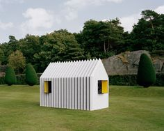 Mattias Lind, architect and partner at Scandinavian White arkitekter, has designed a house made entirely of paper – Chameleon Cabin – that changes appearance like. Green Architecture, Sustainable Architecture, Architecture Design, Temporary Architecture, Tyni House, Arched Cabin, Bothy, Micro House, Small Buildings